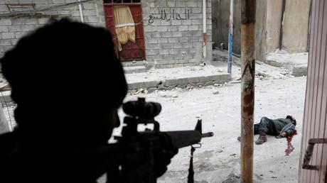 Ein irakischer Soldat erschießt einen islamistischen Selbstmordattentäter in Mossul, Irak, 3. März 2017.