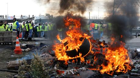 Demonstranten mit gelben Westen, ein Symbol für den Protest der französischen Autofahrer gegen höhere Kraftstoffpreise, stehen in der Nähe von Reifen und blockieren den Zugang zum Tanklager in Fos-sur-Mer, Frankreich, 19. November 2018.