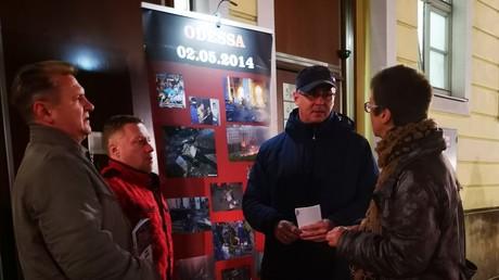 Oleg Musyka (links) und seine Unterstützer vor dem Eingang zum Dresdner Piano Salon am 16. November.