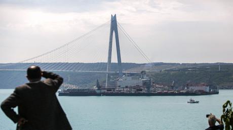 Das größte Arbeitsschiff der Welt, die Pioneering Spirit, durchquert am 31. Mai 2017 den Bosporus auf dem Weg ins Schwarze Meer, wo sie die Pipeline der Turkish Stream verlegen wird. Am 19. November 2018 wurde die Vollendung dieses Teilabschnitts der Pipeline in Istanbul gefeiert.