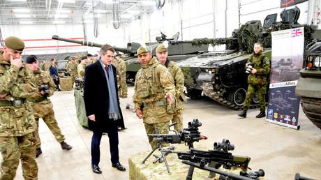 Der britische Verteidigungsminister Gavin Williamson besucht britische Truppen der NATO-Kampfgruppe Enhanced Forward Presence.