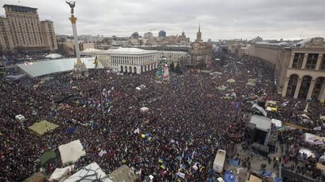 Zehntausende versammeln sich auf dem Kiewer Unabhängigkeitsplatz am 6. Dezember 2013.