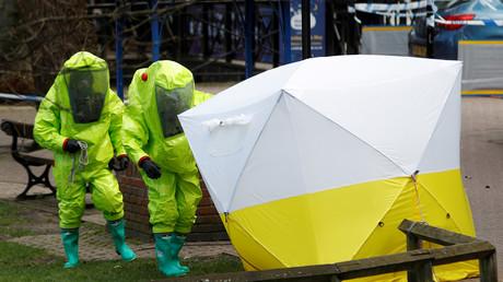 Das forensische Zelt, das die Bank bedeckt, auf der Sergej Skripal und seine Tochter Julia gefunden wurden, wird von britischen Sicherheitsbeamten in Schutzanzügen im Zentrum von Salisbury neu positioniert, 8. März 2018