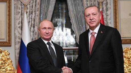 Der türkische Präsident Recep Tayyip Erdoğan (r.) und sein russischer Amtskollege Wladimir Putin geben sich bei einem Treffen in Istanbul am 19. November 2018 die Hand.