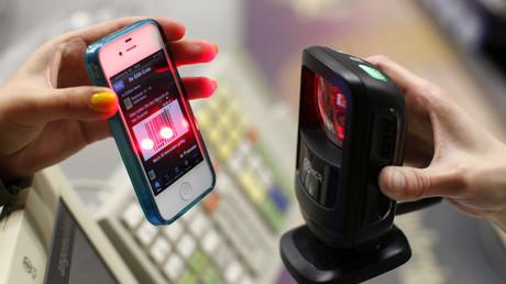 Bezahlung mit Smartphone bei Edeka in Berlin, Deutschland, 29. Mai 2013.
