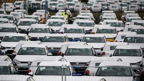 VW-Neuwagen auf Halde am BER