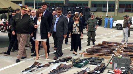 Argentiniens Sicherheitsministerin Patricia Bullrich begutachtet beschlagnahmte Waffen, die sich in einem von den USA nach Buenos Aires verschifften Container befanden.