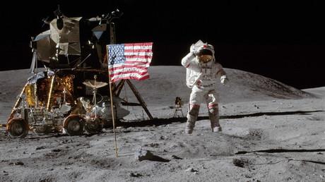 Grüße vom Mond: Der Astronaut John Watts Young salutiert vor der Kamera. Er war Teil von Apollo 16, die im April 1972 als vorletzte bemannte Mission von der NASA zum Mond geschickt wurde.