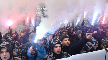 Nationalistische Demonstranten protestieren am 26. November vor dem ukrainischen Parlament in Kiew für die Verhängung des Ausnahmezustands, nachdem es einen Tag zuvor zu einem ernsthaften Zwischenfall zwischen der ukrainischen und der russischen Marine kam.