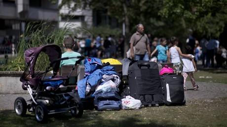 Asylsuchende warten im August 2015 vor der Zentralen Aufnahmeeinrichtung des Landes Berlin. Kritiker des UN-Migrationspakts befürchten dadurch mehr Asyl-Ansprüche.