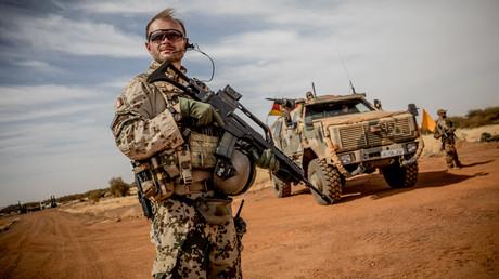 Ein Soldat der Bundeswehr steht im November 2018 auf dem Flughafen in der Nähe der Basis in Gao im Norden Malis.