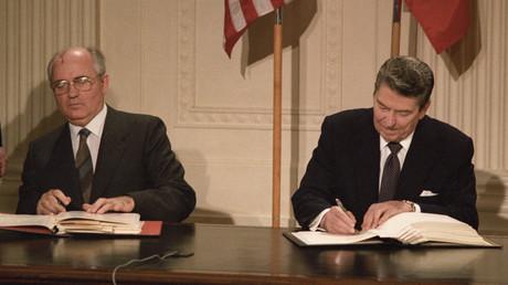 Mit ihrer Unterschrift schrieben sie Geschichte: Sowjetchef Michail Gorbatschow und US-Präsident Ronald Reagan unterzeichnen 1987 in Washington den INF-Vertrag.
