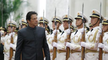 Der pakistanische Premierminister Imran Khan nimmt am 3. November 2018 an einer Begrüßungszeremonie teil, die vom chinesischen Premierminister Li Keqiang in der Großen Halle des Volkes in Peking ausgerichtet wurde.