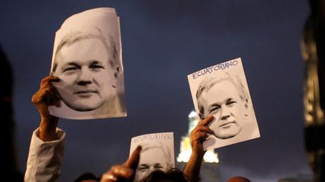 Unterstützer des WikiLeaks-Gründers Assange demonstrieren vor dem Präsidentenpalast für seine ecuadorianische Staatsbürgerschaft in Quito, 1. November 2018.