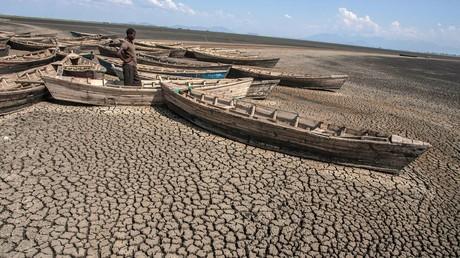 Der Klimawandel betrifft nicht nur die USA oder die anderen Industrienationen der G-20-Länder. Dieser Mann steht vor einem ausgetrockneten Teil des Chilwa-Sees, dem zweitgrößten See in Malawi.