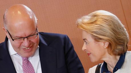 Bundeswirtschaftsminister Peter Altmaier und Bundesverteidigungsministerin Ursula von der Leyen, Berlin, Deutschland, 25. April 2018.