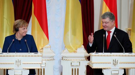 Der ukrainische Präsident Petro Poroschenko und die deutsche Bundeskanzlerin Angela Merkel antworten nach einem Treffen am 1. November 2018 in Kiew auf die Fragen der Presse.