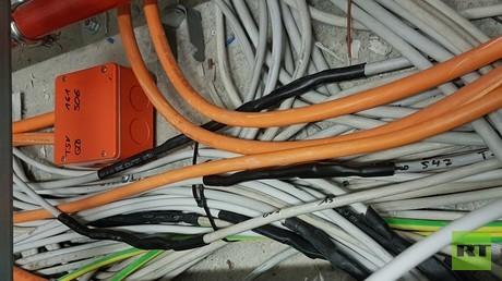 Kabelsalat – an vielen Stellen werden die Kabel gemufft und verlängert. Auch tote Kabel sind dabei, sie herauszuziehen, wäre zu aufwendig.