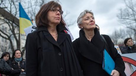 Rebecca Harms (links) nimmt mit Marieluise Beck am 18.3.2014 an Protesten vor der russischen Botschaft in Berlin teil, nachdem Russland die autonome Republik Krim in sein Staatsgebiet aufgenommen hatte. Das Motiv dieses Aktes nannte sie