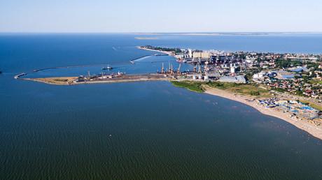 Der Seehandelshafen von Taganrog an der Seeküste des Asowschen Meeres. Von hier legen z.B. Frachtschiffe mit Getreide ab –  für Russland ein wichtiges Exportprodukt.