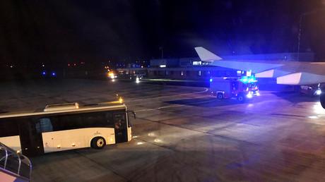 Ein Feuerwehrauto steht am Regierungsflugzeug der Kanzlerin Angela Merkel.