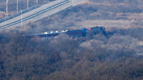 (Symbolbild). Ein südkoreanischer Zug auf den Eisenbahngleisen, die nach Nordkorea führen, innerhalb der entmilitarisierten Zone.