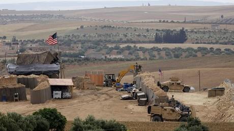 Ein Foto vom 8. Mai 2018 zeigt Fahrzeuge und eine Militärpräsenz der von den USA unterstützten Koalitionstruppen in der nordsyrischen Region Manbidsch.