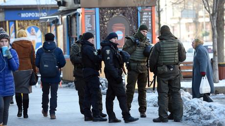 Nach der Ausrufung des Kriegsrechts patrouillieren Soldaten der Nationalgarde in den Straßen von Kiew und anderen Städten der Ukraine.