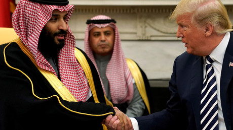 Archiv-Bild: US-Präsident Donald Trump schüttelt Saudi-Arabiens Kronprinz Mohammed bin Salman im Oval Office des Weißen Hauses die Hand, 20. März 2018.