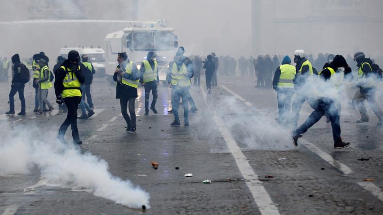 """Tränengas und über 120 Festnahmen: Schwere Ausschreitungen bei """"Gelbwesten""""-Protest in Paris"""