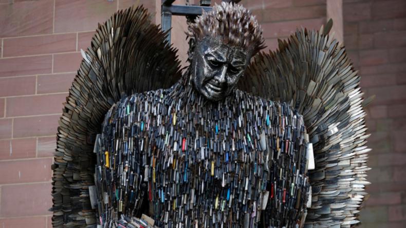 Schwarzer Engel für Messer-Opfer: Mahnmal aus über 100.000 größtenteils konfiszierten Klingen