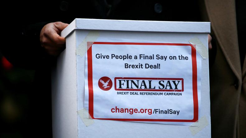 Abgeordnete übergeben Theresa May Petition für zweites Brexit-Referendum