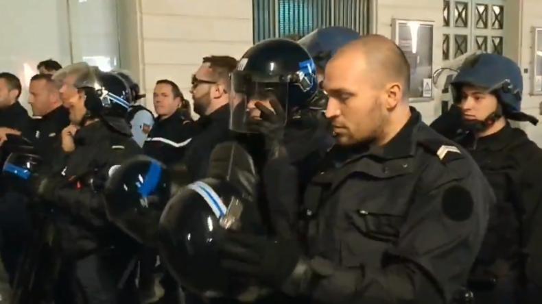 Solidarität mit den protestierenden Bürgern? Polizisten nehmen vor Gelbwesten ihre Helme ab