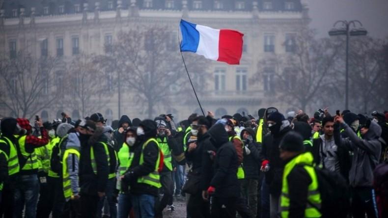 Frankreich: Krankenwagenfahrer und Schüler schließen sich Protesten an (Video)