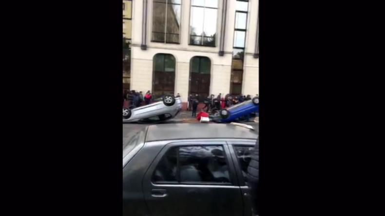 Schüler beteiligen sich an Protesten in Frankreich und werfen Autos um