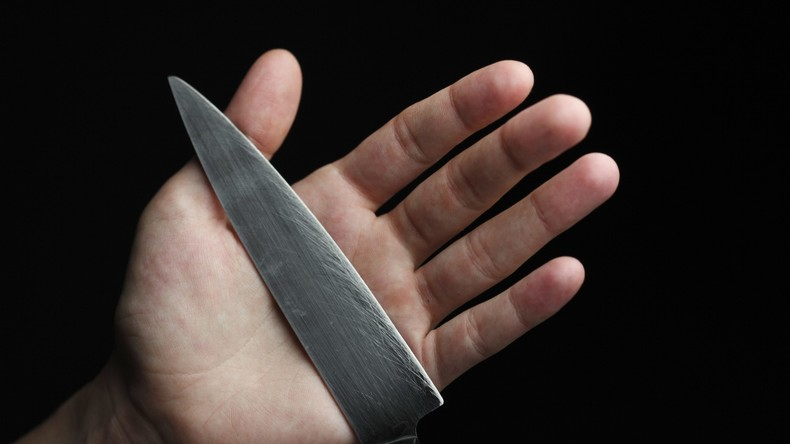 Mann mit Messer in der Brust rettet sich nach Überfall in eine Klinik