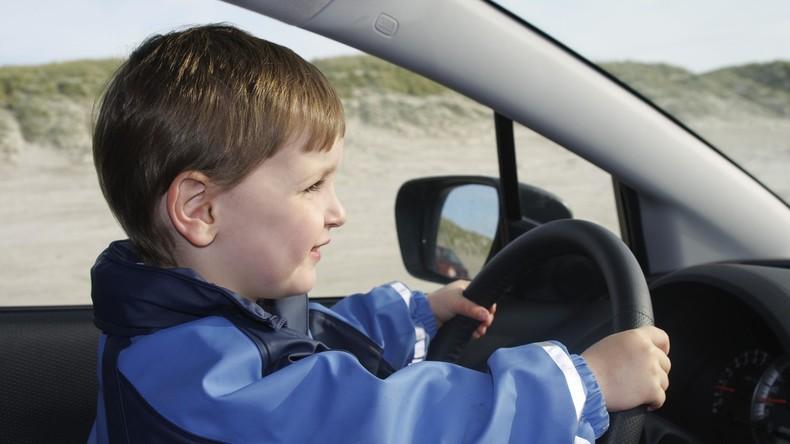 Frau fällt während Autofahrt in Ohnmacht – Kind übernimmt Steuer