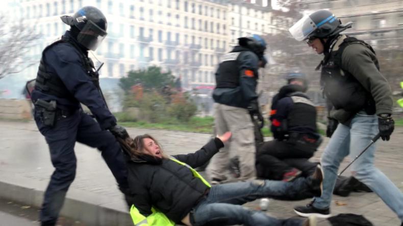 Frau an Kapuze über den Asphalt gezerrt – Polizei nimmt Gelbwesten-Anhänger in Lyon fest