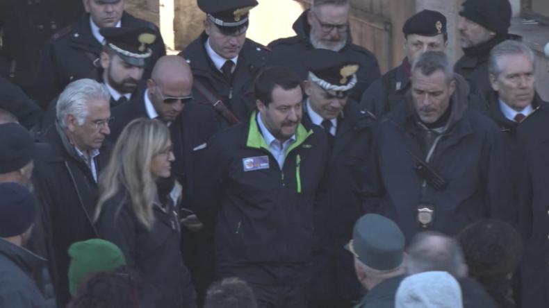 Salvini begleitet Zwangsräumung von verlassener Fabrik, in der Hunderte Migranten lebten