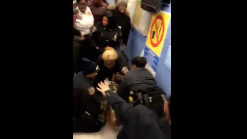 """""""Bitte, ich flehe euch an - Ihr tut ihm weh!"""": US-Polizisten reißen mit aller Gewalt an Baby"""