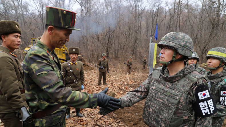 Zeichen der friedlichen Annäherung: Nord- und Südkoreanische Soldaten überqueren Grenze