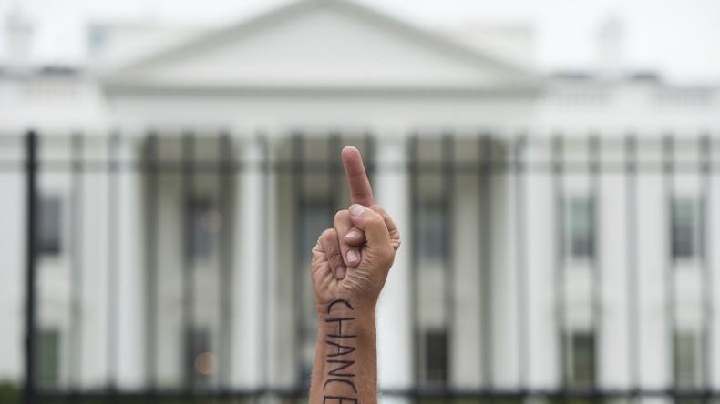 F*** you! Verärgerter US-Amerikaner stellt riesige Mittelfinger-Skulptur für Stadtverwaltung auf