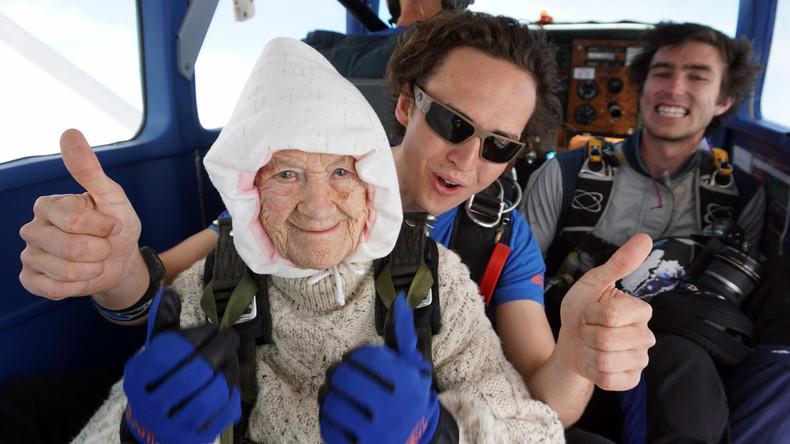 Australierin springt mit 102 Jahren zum Fallschirm-Weltrekord – für guten Zweck