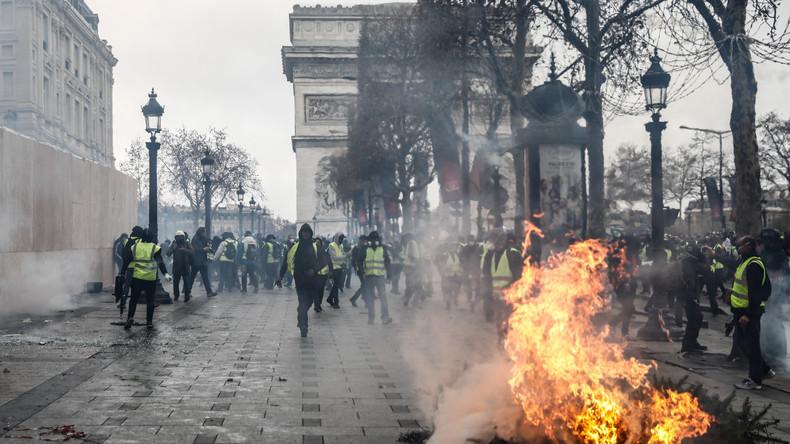 """""""Blickwinkel zählt"""": """"Enthüllungsbilder"""" vom Großbrand am Arc de Triomphe erweisen sich als Fake"""