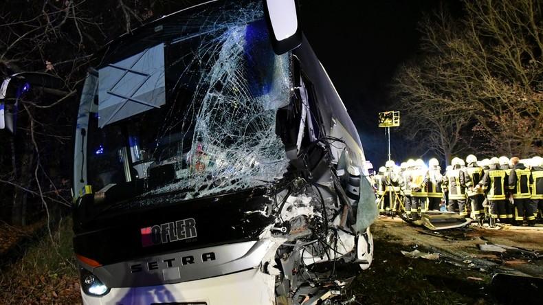 Bayern: Baustellenfahrzeug kracht in Reisebus - 22 Verletzte