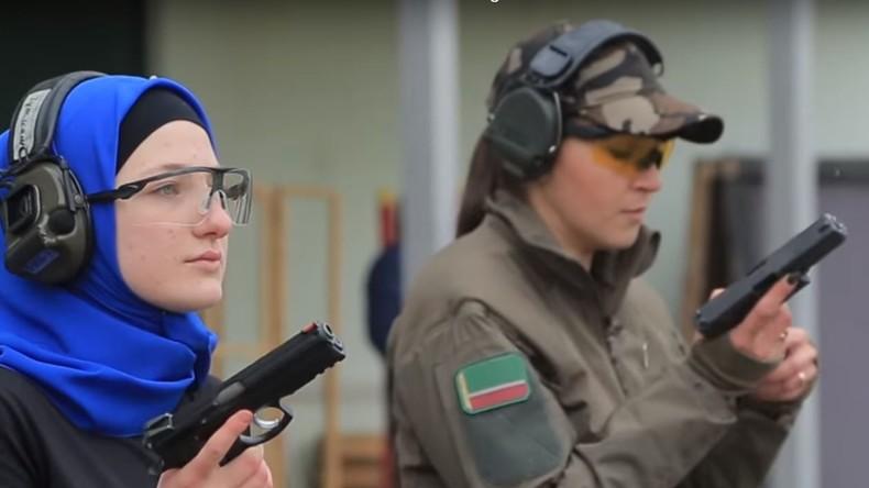 """""""Waffen haben mich schon immer fasziniert"""": """"Lara Croft"""" aus Kasachstan bringt Frauen Schießen bei"""