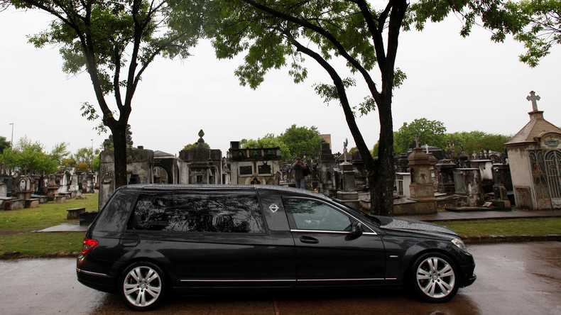 Fahrer stoppt Leichenwagen nach Geräuschen in Sarg – Begräbnis findet erst nach Arztbefund statt