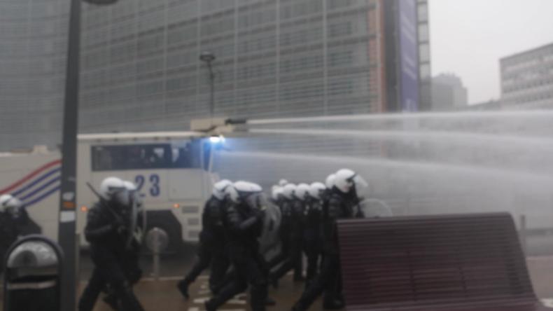 Brüssel: Tausende protestieren gegen UN-Migrationspakt – Festnahmen und Wasserwerfer im Einsatz