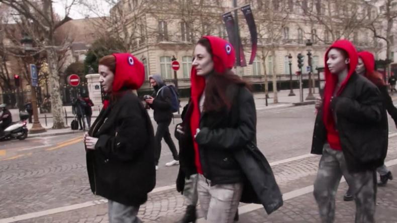 Zwischen Tränengas und Schlagstöcken: Protestlerinnen ziehen für Gelbwesten in Paris blank