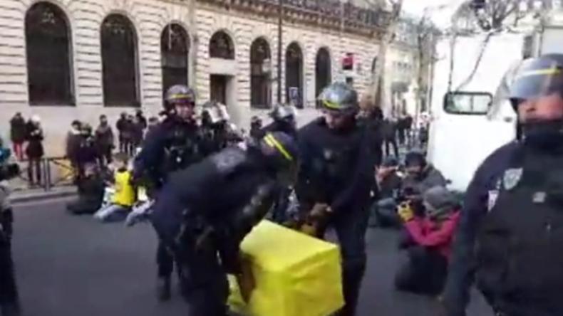 Bei Umwelt-Protest in Paris: SpongeBob von Polizei mit Tränengas angegriffen und verschleppt